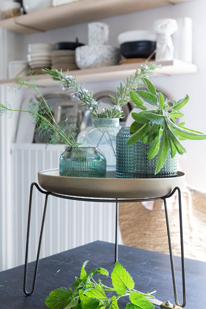 kraeuter-in-bunten-glasvasen