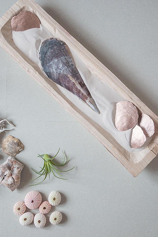 2. Schritt Holzschale mit Sand und Muscheln