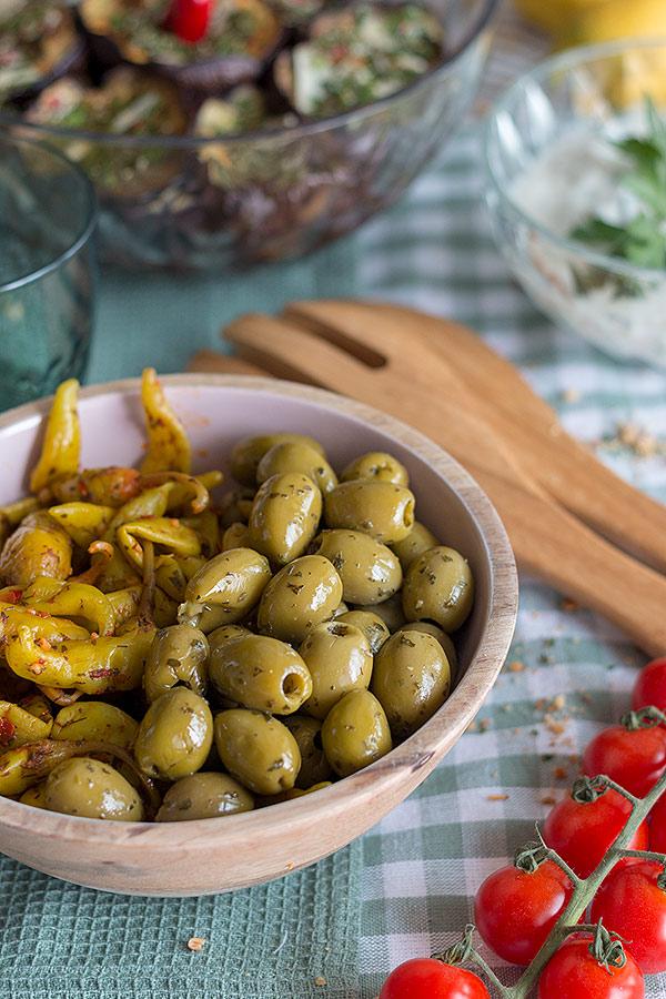 Levante Küche - eingelegte Oliven und Pepperoni