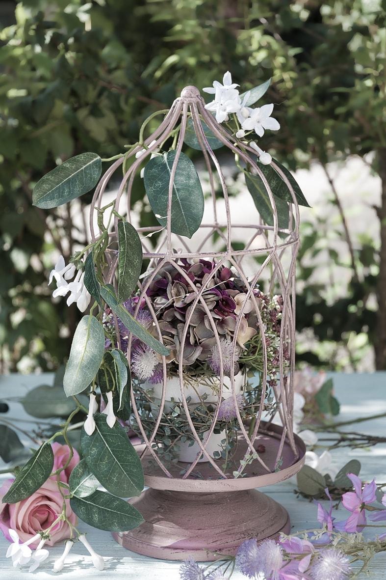 Dekokäfig mit Blütenzweig dekorieren