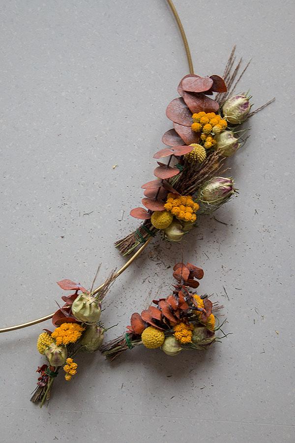 3. Schritt: Trockenblumenkranz binden