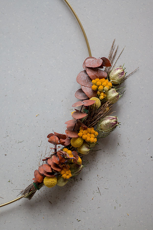 4. Schritt: Trockenblumenkranz binden