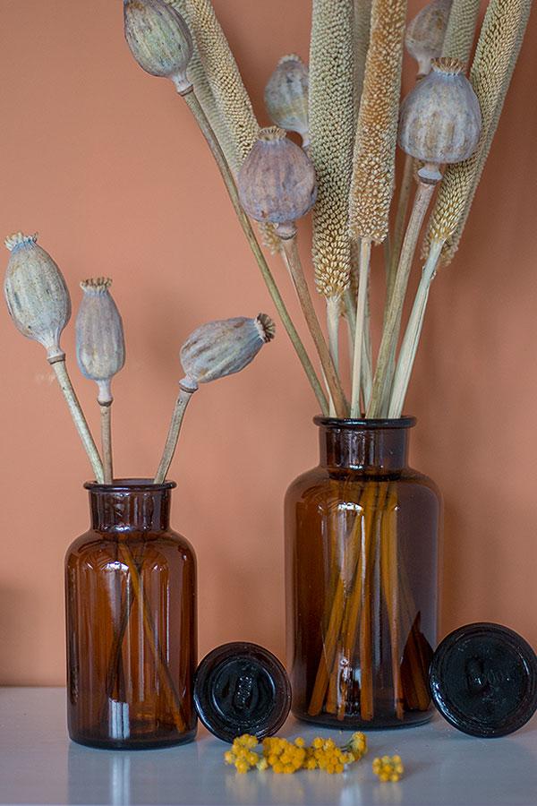 Deko mit Trockenblumen in Apothekergläsern