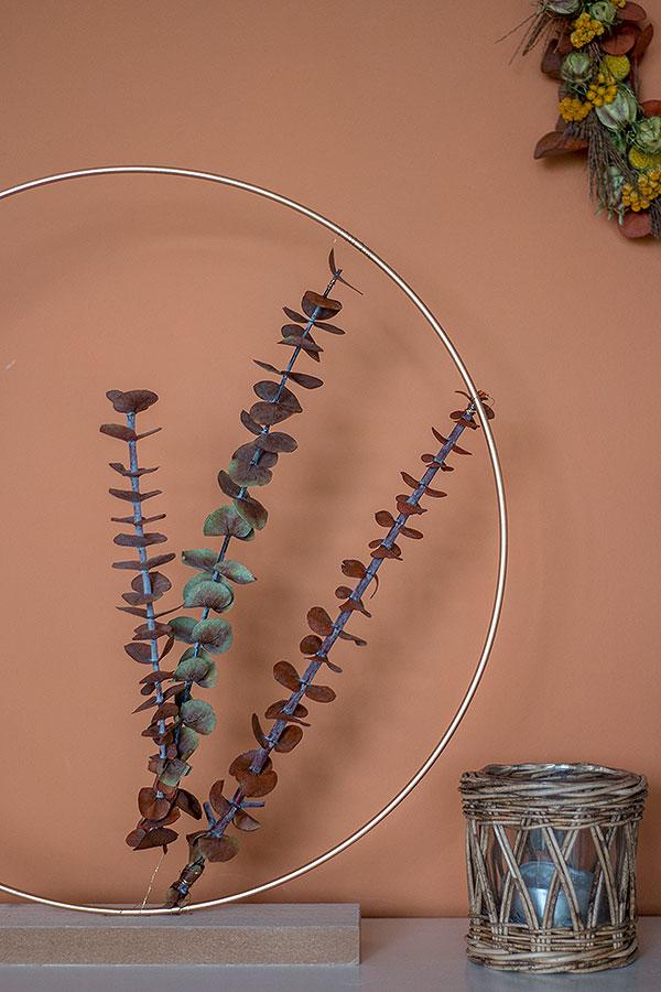 Metallring mit Eukalyptus dekorieren