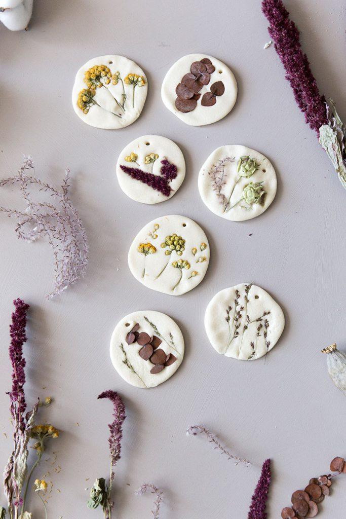 selbstgemachte-anhaenger-aus-saltzeig-mit-trockenblumen