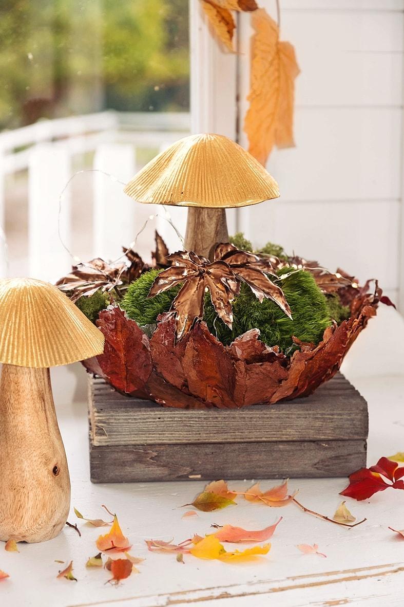Herbstdeko mit Pilzen und Moos.