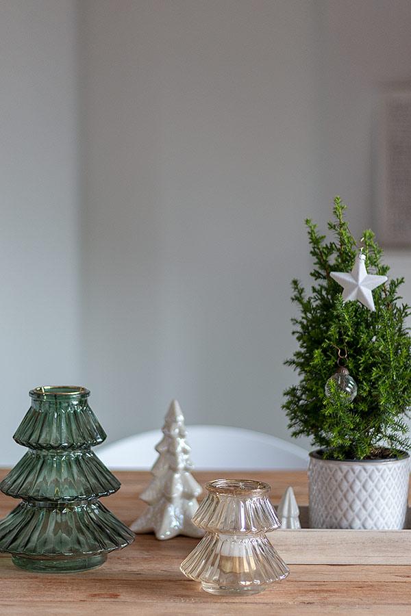 weihnachtlich geschmückter Tisch mit kleinen Tannenbäumen