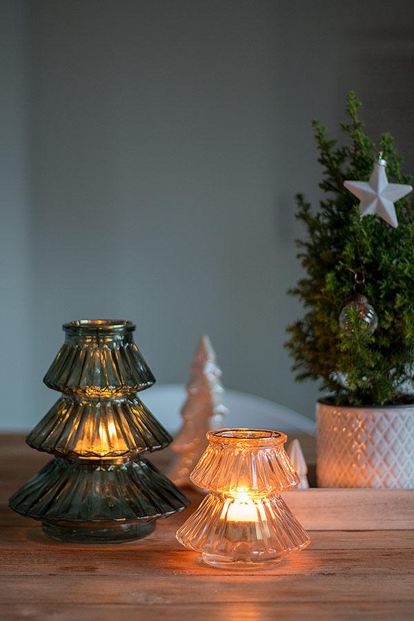 weihnachtliches Dekotablett mit Tannenbäumen geschmückt