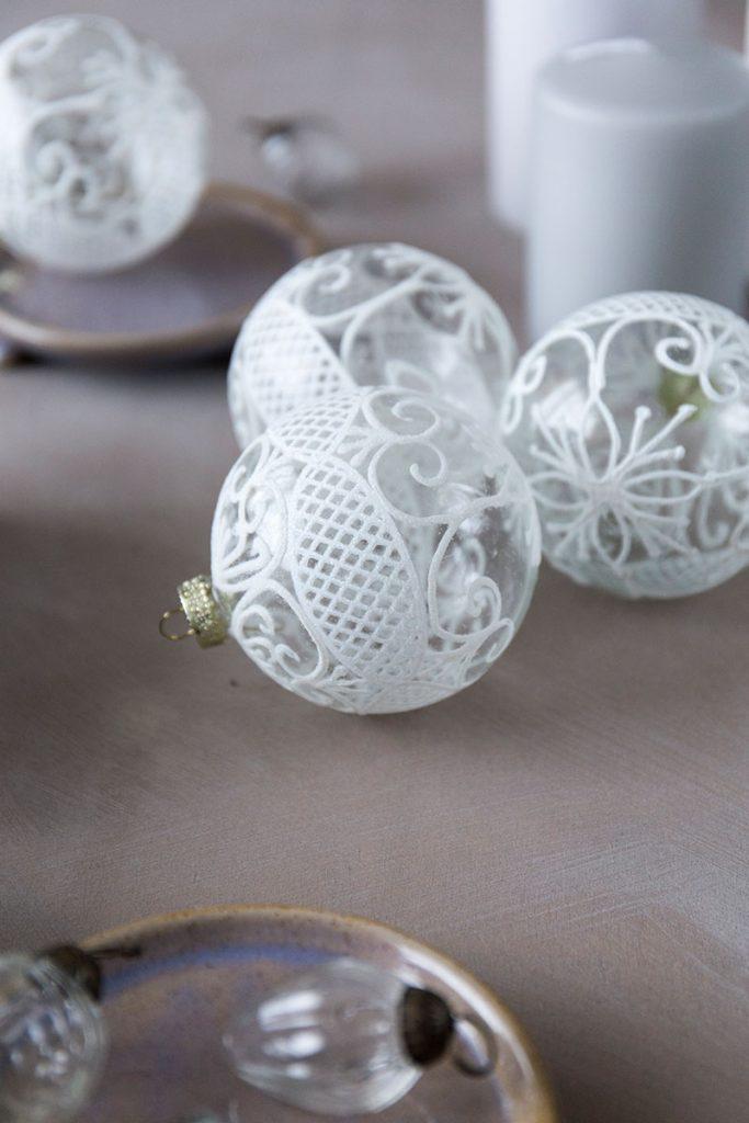 zarte-weihnachtskugeln-mit-ornamenten