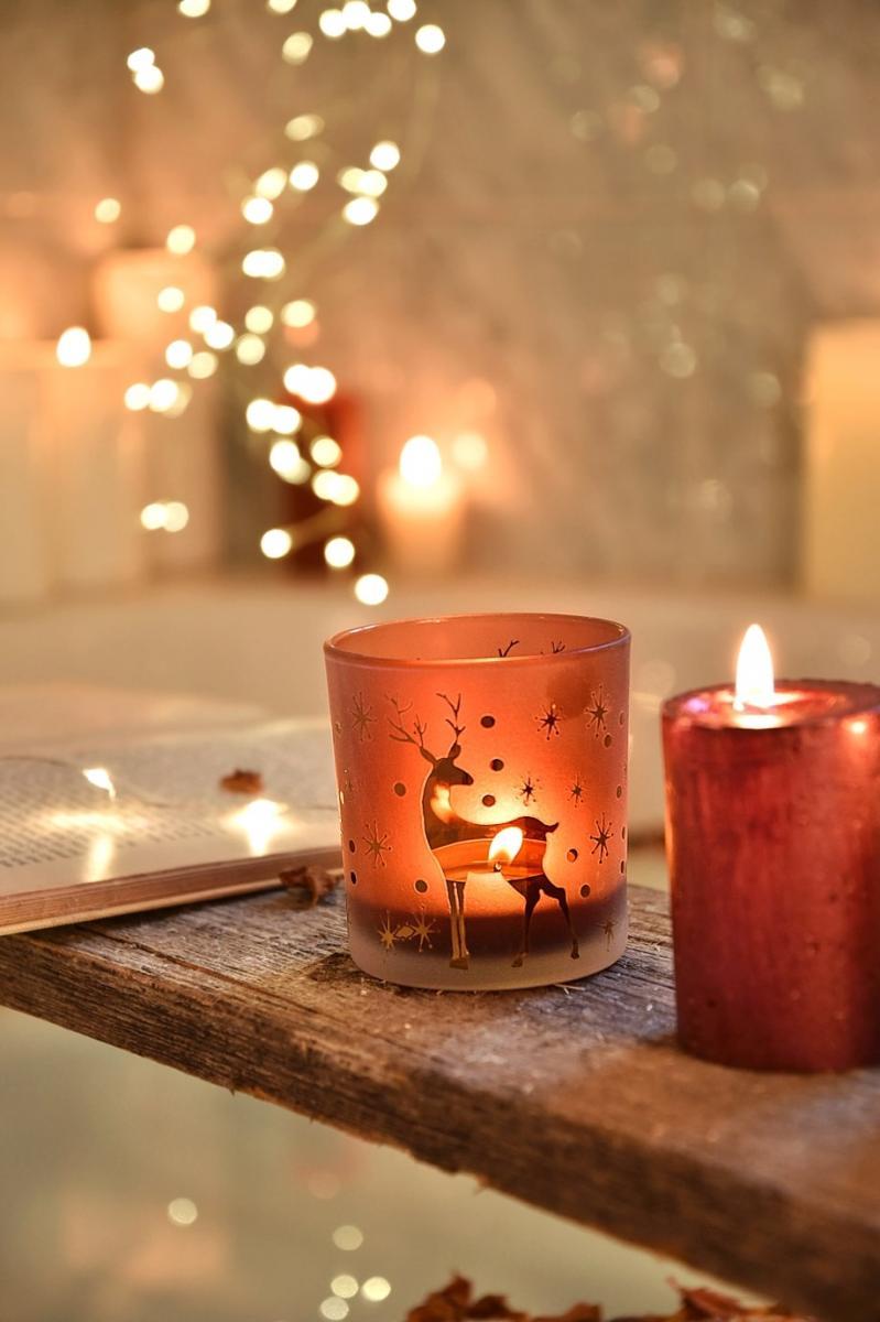 Bad mit weihnachtlichen Windlichtern dekorieren
