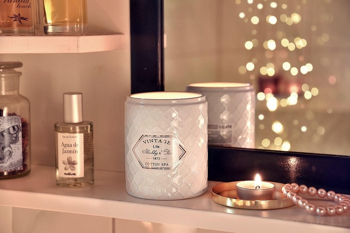 Dufkerzen sorgen für Wohlfühlatmosphäre im Badezimmer.