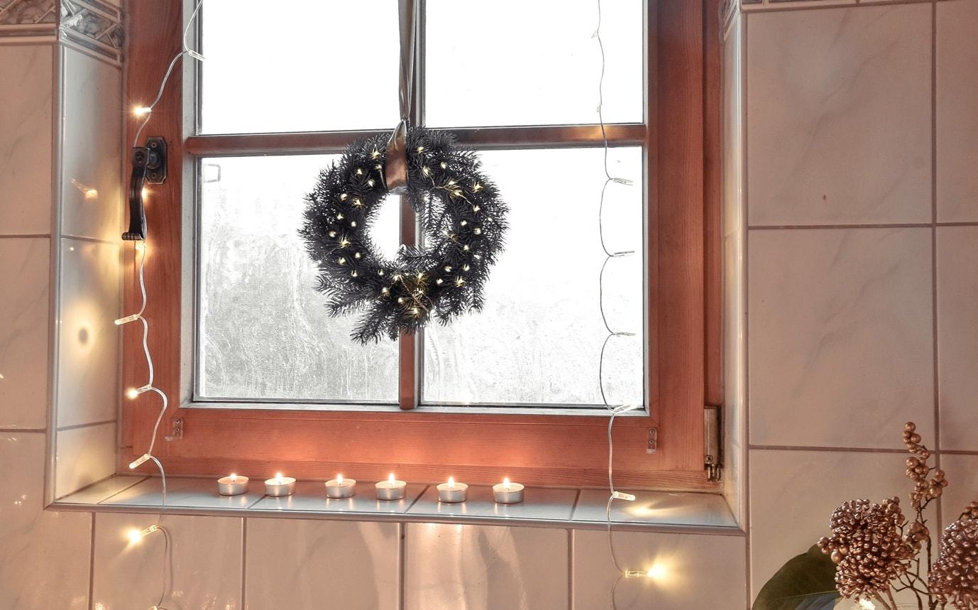 Kranz aus Tannengrün fürs Badezimmerfenster.