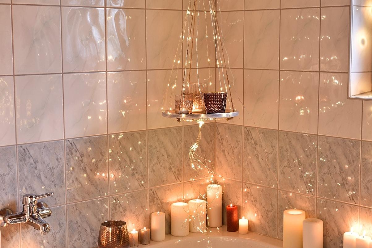Lichterketten sorgen für weihnachtliche Stimmung im Bad.