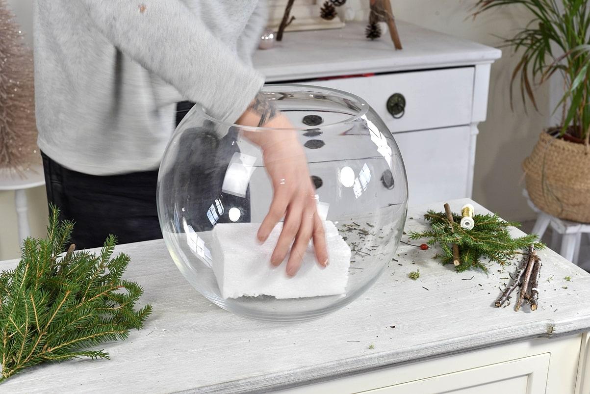 Bastelanleitung - Kugelvase mit Naturmaterialien dekorieren.