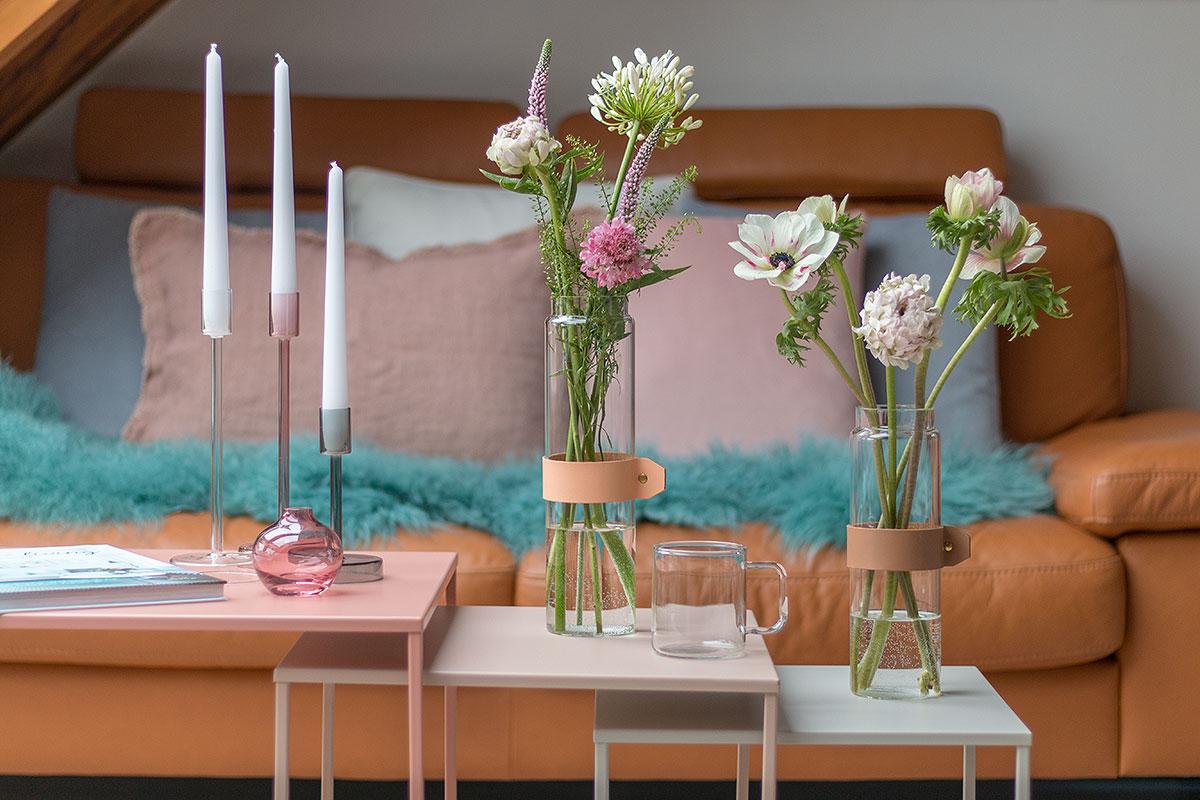 Beistelltische mit Blumen und Kerzen dekoriert