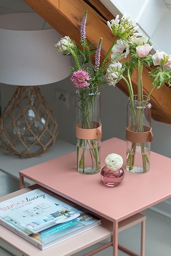 Dekoideen für Beistelltische mit Tischlampen, Vasen und Blumen