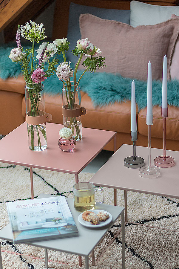 Dekoideen für Beistelltische mit Vasen, Blumen und Kerzen