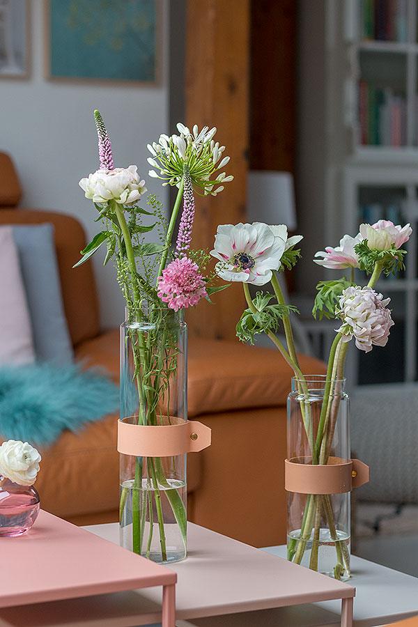 Dekoideen für Beistelltische mit Vasen und Blumen