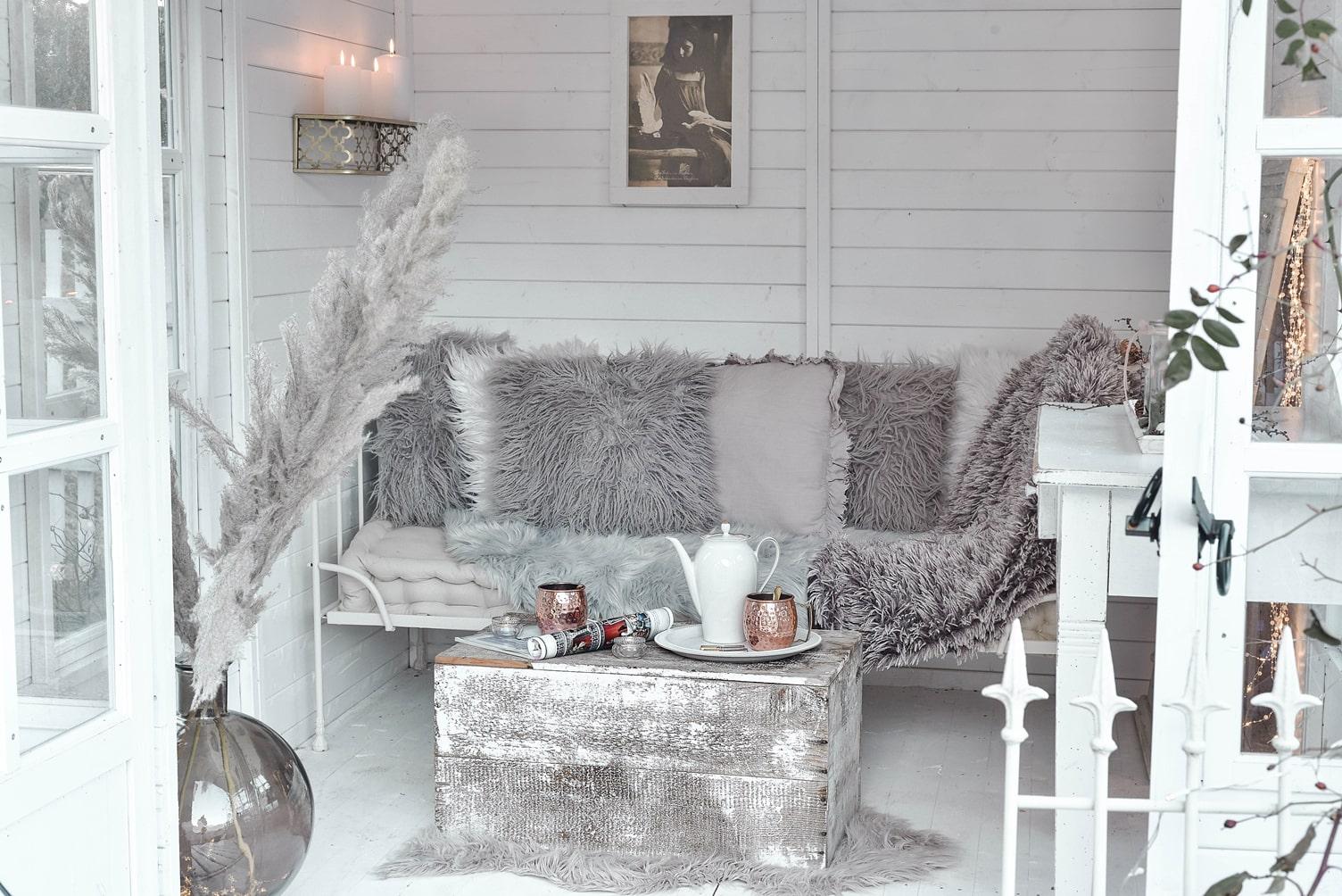 Kuschelige Winterdeko für Balkon und Garten.
