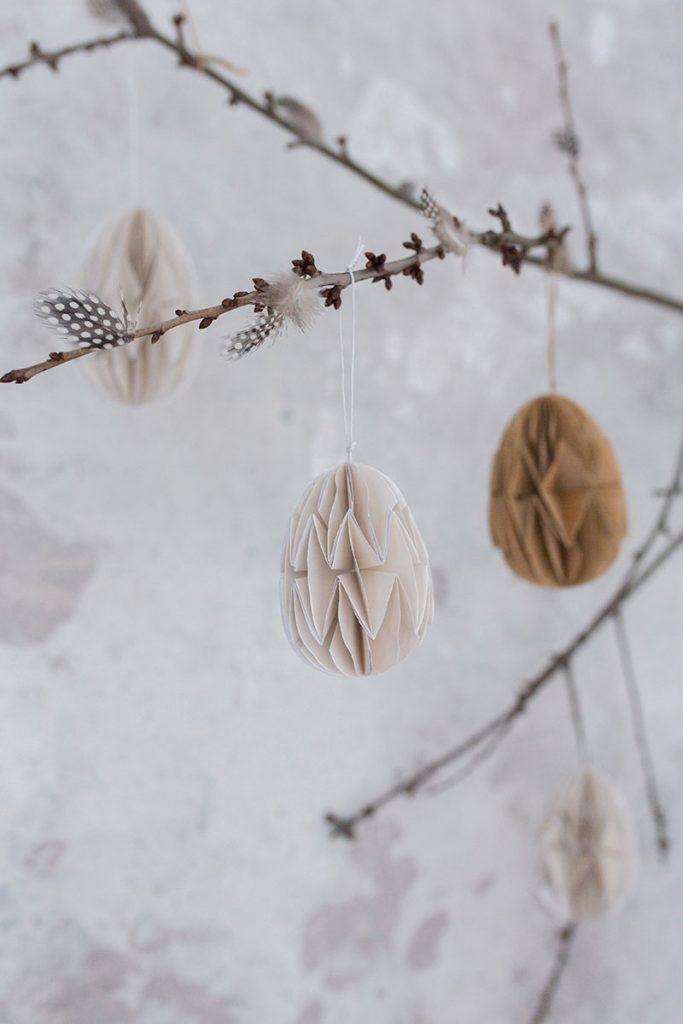 zweige-mit-dekoeiern-und-federn-als-osterdeko