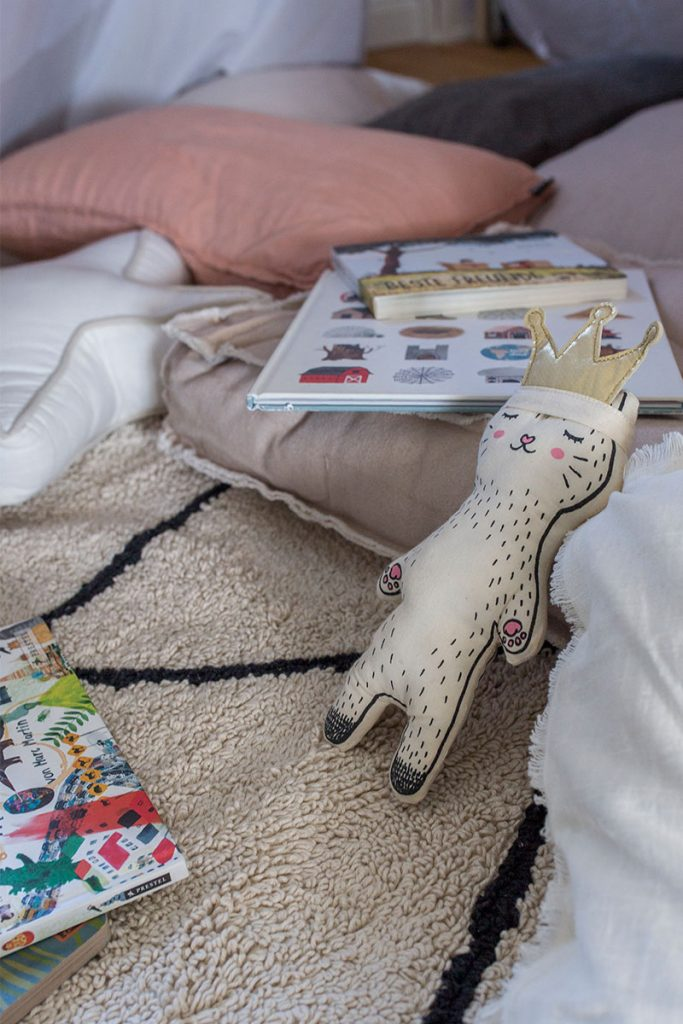 buecher-und-kuscheltiere-als-kinderbeschaeftigung-gegen-langeweile