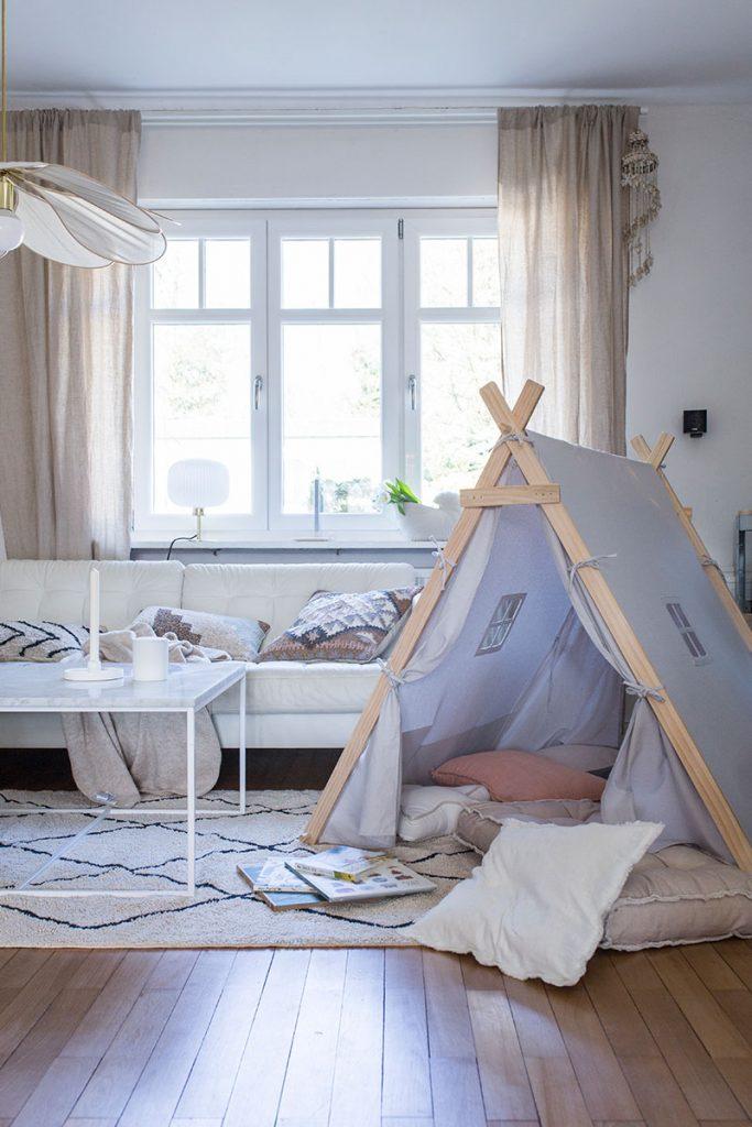 gemuetliches-wohnzimmer-mit-spielzelt-zur-kinderbeschaeftigung