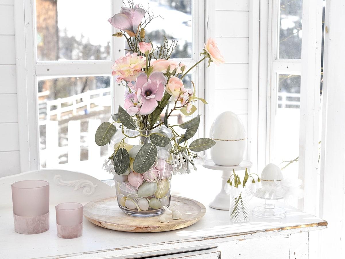 Dekoidee mit Ostereiern und Blumen