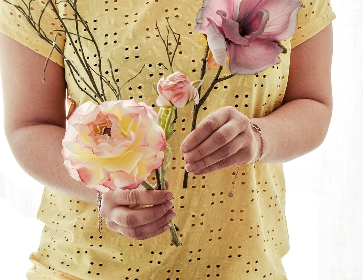 Kunstblumen zu einem Strauß binden
