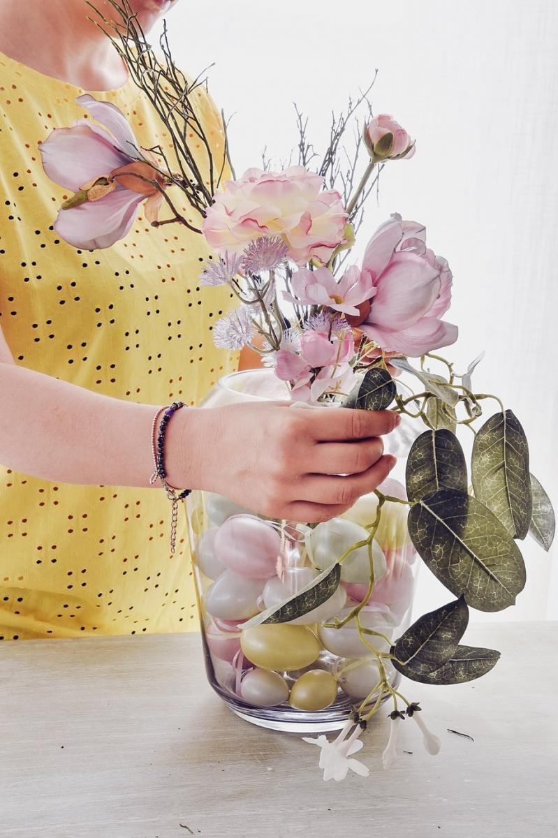 Blumenvase mit Eukalyptuszweig verzieren