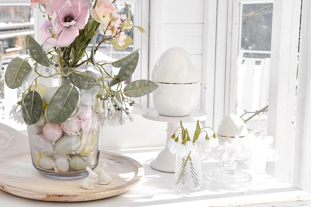 Dekoidee - Bunter Ostereier und Kunstblumen in der Vase