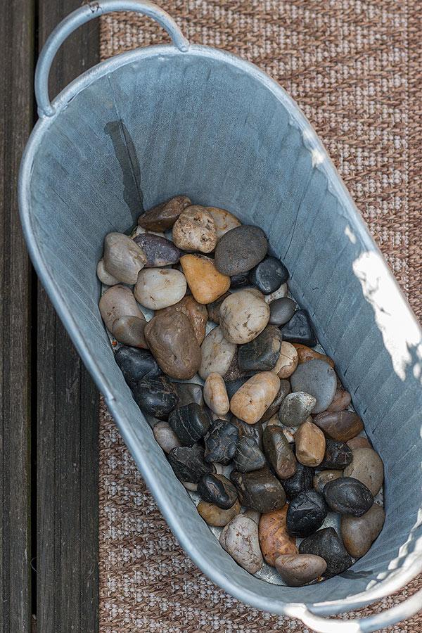 1. Schritt Balkon frühlingshaft bepflanzen: den Boden des Balkonkastens mit Steinen oder Blähton bedecken