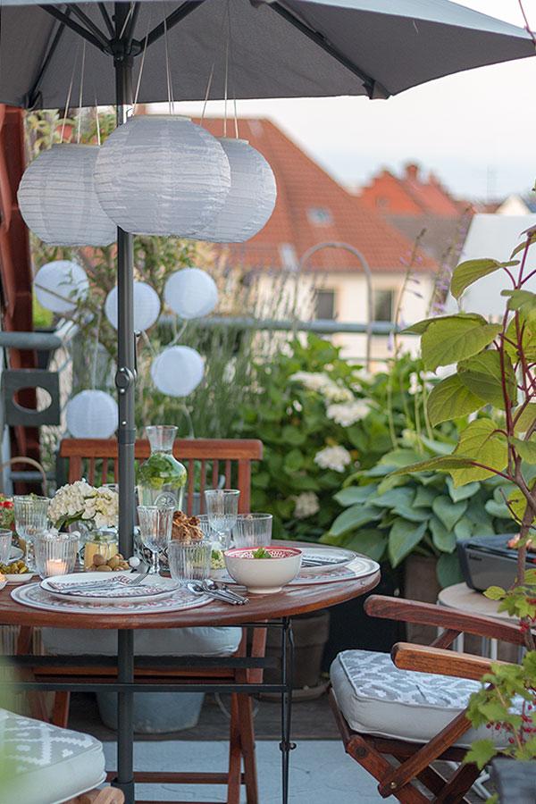 gedeckter Tisch für den perfekten Grillabend