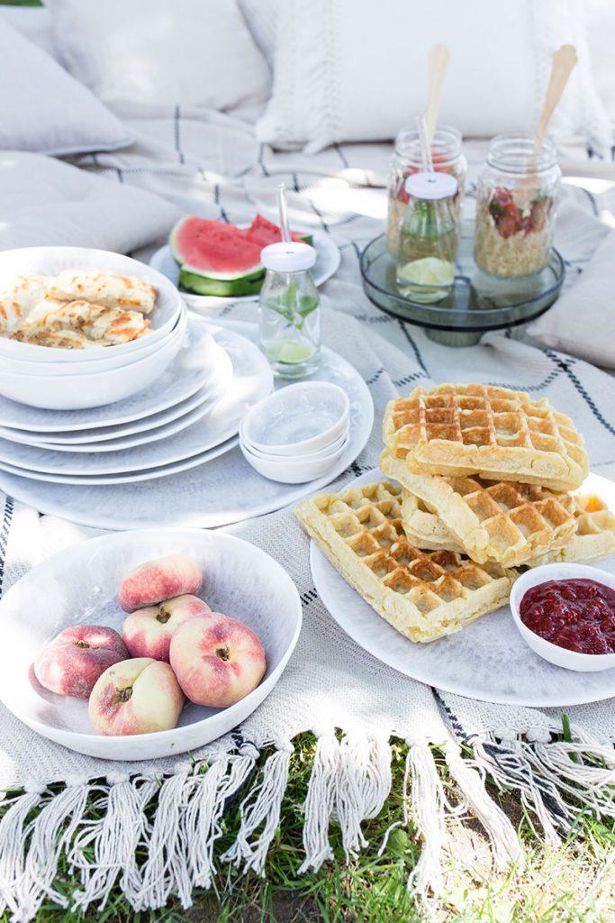 picknick-im-garten-mit-waffeln-und-obst
