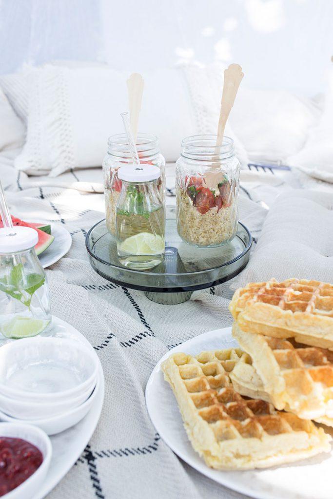 sommersalat-im-glas-fuer-picknick-im-garten