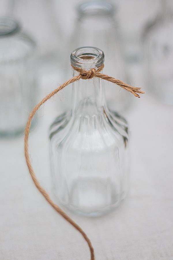 1. Juteschnur um den Flaschenhals wickeln und zuknoten