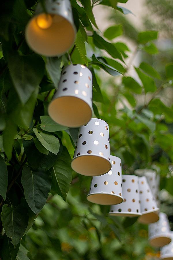 Ideen für Deine Sommerparty: Lichterkette aus Pappbechern