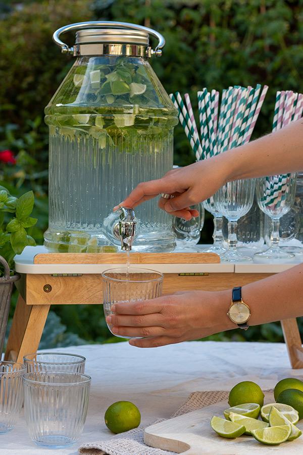 Ideen für Deine Sommerparty: Wasser mit Limette und Basilikum aromatisiert