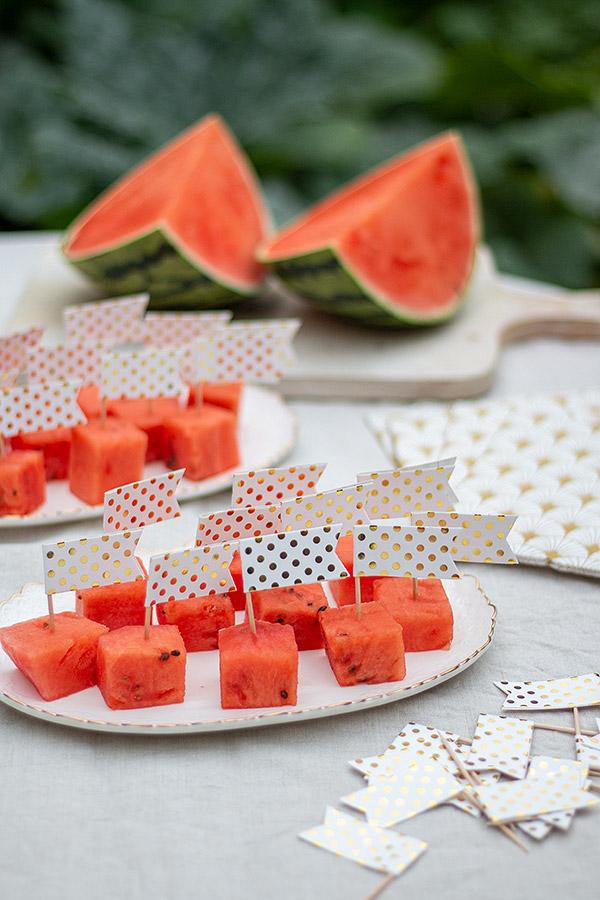Ideen für Deine Sommerparty: Wassermelone mit Fähnchen