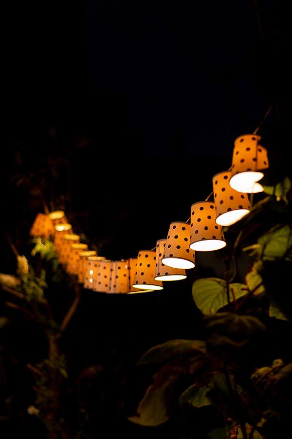Lichterkette aus Pappbechern bei Dunkelheit