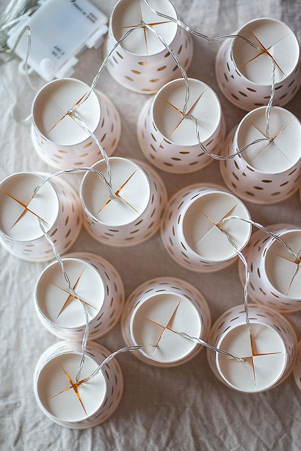 Lichterkette aus Pappbechern selbst machen
