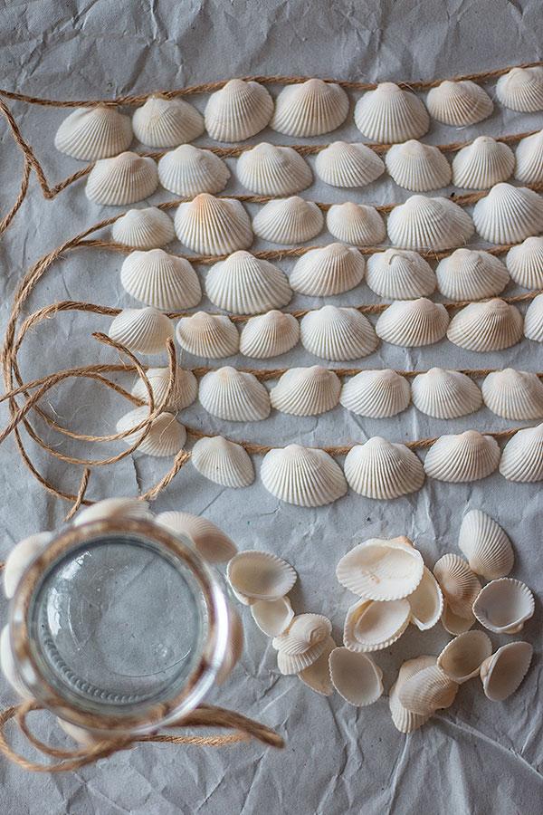 Muscheln auf die Juteschnur kleben