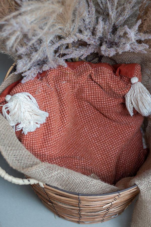 unteren Teil des Korbs mit einem Kissen befüllen