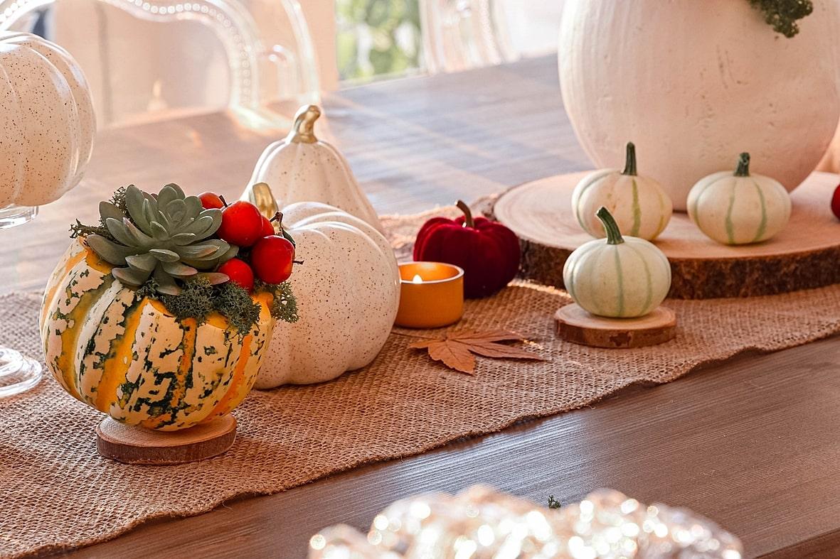 Herbstliche Tischdeko mit Kürbissen.