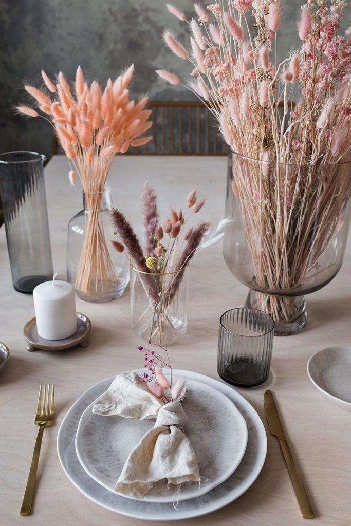 zeitlose-tischdeko-mit-trockenblumen