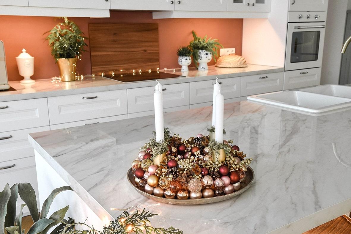 Adventskranz aus Weihnachtskugeln - Dekoidee