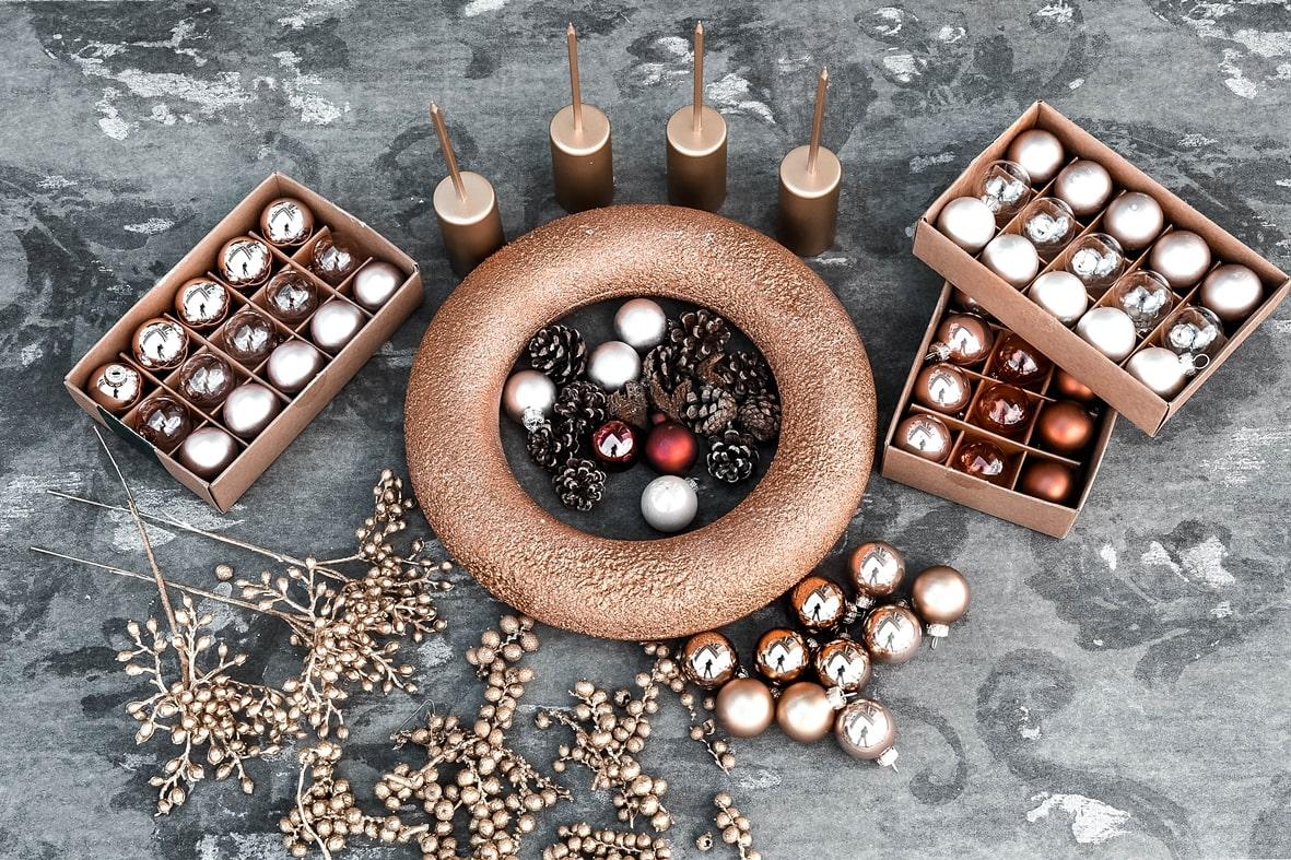 Adventskranz aus Weihnachtskugeln -Materialien