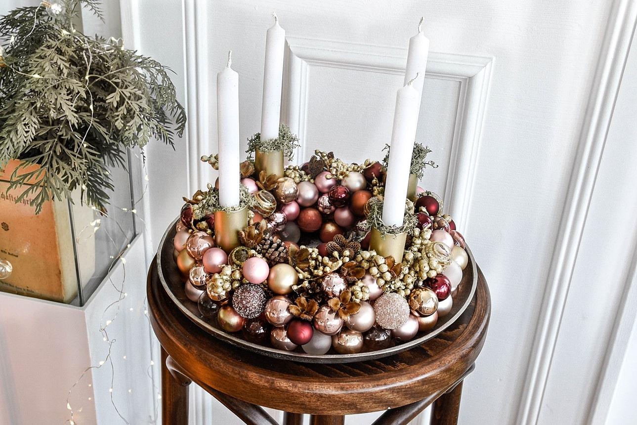 Adventskranz aus Weihnachtskugeln - DIY-Anleitung