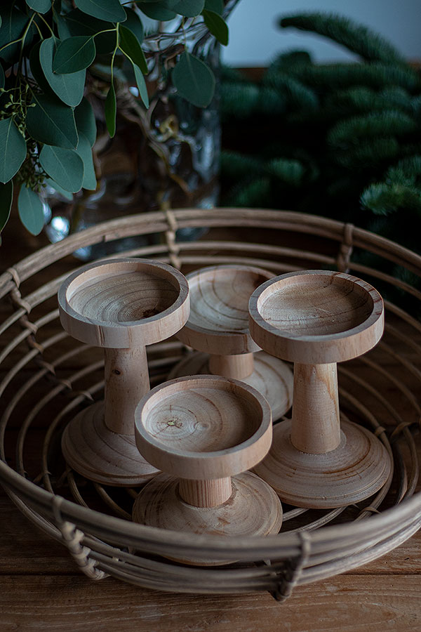 1. Schritt Kerzenständer in den Adventskranz Korb setzen