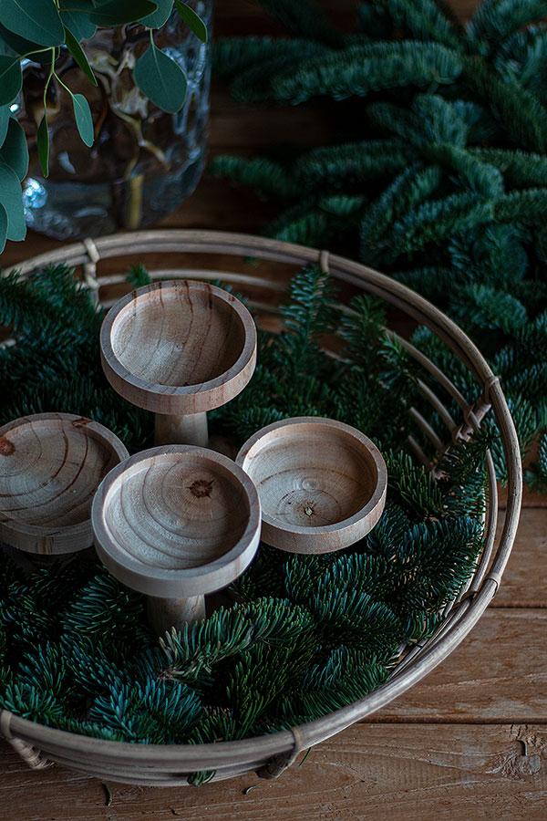 2. Schritt: Tanne im Korb um die Kerzenständer verteilen