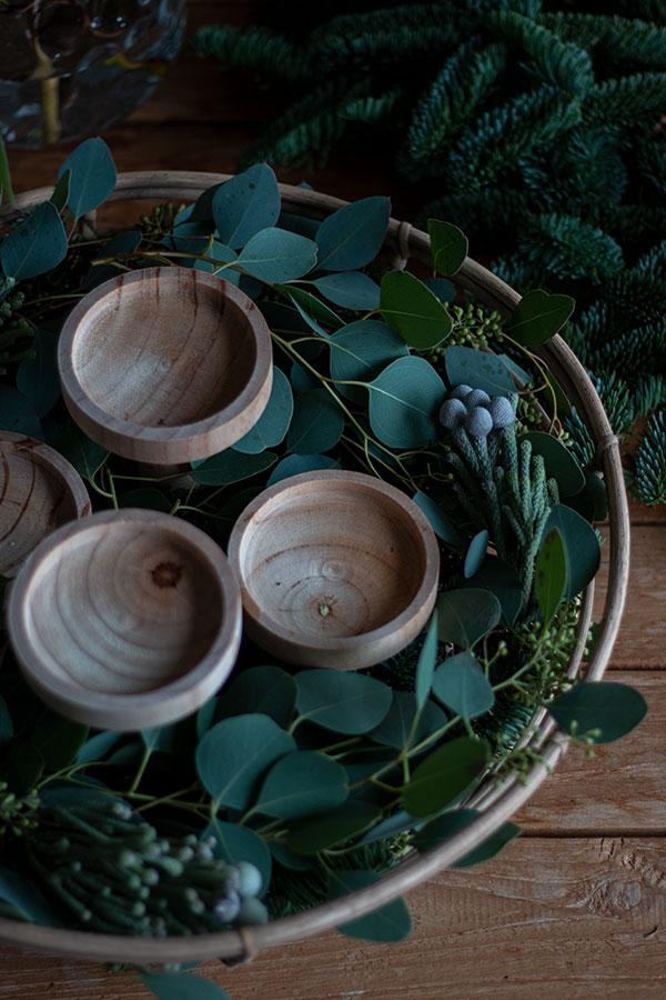 3. Schritt: Eukalyptus auf der Tanne verteilen
